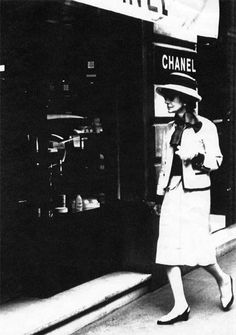 Coco Chanel was one of the first designers to eliminate fussy layers and draw on the geometric simplicity of Art Deco style.