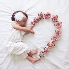 😍 Cute 😘❤️ Baby Love – jennifer Newborn baby photo shoot idea for a baby girl: Use flowers to create a heart. So Cute Baby, Baby Love, Baby Baby, Adorable Babies, Funny Babies, Baby Girls, Babies Pics, Babies Clothes, Newborn Baby Photos