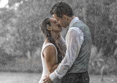 História por trás da Foto: No meio do ensaio começou a chover e o casal ficou um pouco triste, eu falei: Se Deus mandou chuva é porque ele quer a mais linda Foto na chuva!  Deus No Comando!