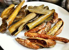 튀각 Twigak. Este nome complicado e feito de variedades de algas e pimentas desidratadas. Depois de fritar e temperada com acucar.