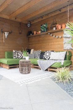 Outside Living, Outdoor Living, Outdoor Decor, Palette Beet, Pallet Lounge, Diy Garden Furniture, Deck Decorating, Colorful Garden, Garden Inspiration