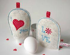 Eierwärmer-Set LOVE - Mit unseren liebenswürdigen Eierwärmern LOVE starten Sie gut gelaunt in den Tag. Die Eierwärmer werden aus hochwertigem Wollfilz gefertigt und liebevoll bestickt.  Prima auch als hübsche Geschenkidee zum Valentinstag oder zu Ostern!