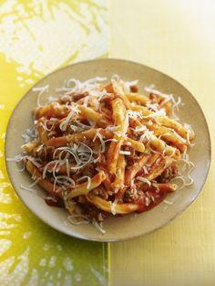 Of je er nou bolognesesaus overheen gooit of tonijn; pasta kan altijd. Today's special is een heerlijke variatie op pasta: met tomaat, pittige worst...