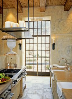 the walls, ceiling, steel doors and windows, warm colors - fabulous Tuscan styled kitchen with attention to detail yet modern! Cocinas Kitchen, Up House, Tuscan Style, Steel Doors, Toscana, Kitchen Interior, Interior Doors, Interior Design, Bathroom Interior