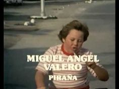 Verano Azul (1981). Es una serie de Televisión Española producida en 1981 y dirigida por Antonio Mercero con música de Carmelo Bernaola. Fue rodada durante 16 meses, entre finales de agosto de 1979 y diciembre de 1980, en la localidad malagueña de Nerja. La emisión original tuvo lugar en la primera cadena de RTVE entre el 11 de octubre de 1981 y el 14 de febrero de 1982. El horario de emisión era desde las 16.05 h en la tarde del domingo.