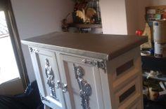 Mueble restaurado,acabado blanco decapé con polipiel gris y detalles en gris