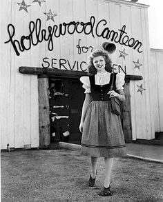 Historic Photograph of Rita Hayworth At The Hollywood Canteen. The Canteen was created as a G. morale-booster by movie stars Bette Davis and John Garfield during World War II. Vintage Hollywood, Hollywood Glamour, Hollywood Stars, Classic Hollywood, Hollywood Actresses, Hollywood Heroines, Hollywood Icons, Classic Actresses, Classic Movies