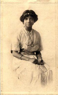 vintage women waheedpix: Portrait of a young woman w/clutch . Antique Photos, Vintage Pictures, Vintage Photographs, Vintage Images, Old Photos, Vintage Postcards, Vintage Black Glamour, Vintage Beauty, Vintage Style