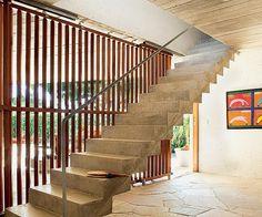 Brasil Arquitetura - painéis móveis de paliçada - escada de concreto armado (Foto: Edu Castello/Editora Globo)