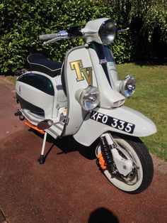 Retro Scooter, Lambretta Scooter, Italian Cafe, Motor Scooters, 60s Mod, Mopeds, Back In The Day, Engine, Birds