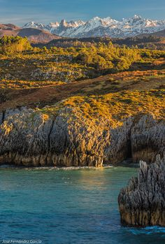 Aqui se pueden ver perfectamente los dos macizos de Los Picos de Europa (Occidental y Central). Asturias  Spain  by José Fernández.