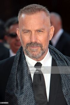 Kevin Costner attends the Red Carpet during the Rome Film. Top Haircuts For Men, Haircuts For Balding Men, Military Haircuts Men, Older Mens Hairstyles, Beard Styles For Men, Hair And Beard Styles, Bearded Men, Hairy Men, Bald Men