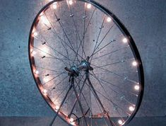 DIY lamp: 76 super cool crafting ideas- DIY Lampe: 76 super coole Bastelideen dazu fancy-Lamp bicycle tire-lighting with- - Summer Table Decorations, Decoration Table, Diy Art, Balcony Chairs, Balcony Lighting, Diy Tumblr, Design Palette, Bicycle Tires, Bicycle Wheel