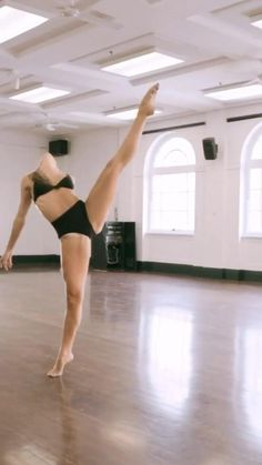 Ballet Dance Videos, Dance Tips, Dance Choreography Videos, Yoga Dance, Dance Moves, Contemporary Dance Videos, Flexibility Dance, Dancer Workout, Dance Photography Poses