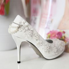 Detailed Lace Wedding Shoes | Decorismo