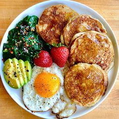 Paleo banana pancakes topped with a touch of butter and maple syrup crispy garlic ghee-fried egg sautéed spinach w/ red pepper & parm farmers market strawberries . Breakfast Plate, Breakfast For Dinner, Breakfast Pancakes, Sausage Breakfast, Breakfast Club, Healthy Snacks, Healthy Eating, Healthy Dinner Recipes, Healthy Drinks
