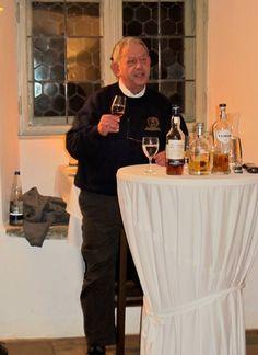 Whiskypapst Walter Schobert mit Neuheiten aus der Welt des Whisky beim Whiskytasting November 2013. Zigarren wurde von Jochen Schwoch nicht weniger leidenschaftlich präsentiert.