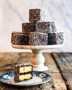Traditional Australian Food, Cakepops, Lamingtons Recipe, Cake Recipes, Dessert Recipes, Brownies, Vanilla Sponge Cake, Donuts, Cupcakes
