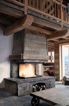 Fireplace chalet, cheminée chalet en pierre de taille et vieux bois, foyer Atra 900 3 faces