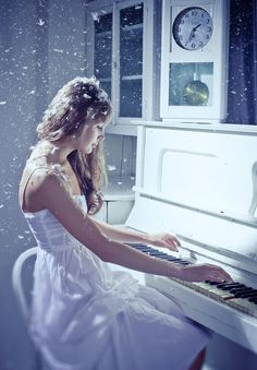 How beautiful, the sound of passion from the piano. Le Piano, Piano Music, Art Music, Grand Piano, Musica Love, Piano Girl, White Piano, Fantasy Photography, Lany