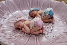 Handgemachte Babys aus Fondant. Sie sehen süß aus auf einem Deckchen oder in einer Blume, ebenfalls aus Fondant hergestellt. Hier sind sie ...