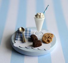 Perfect for a quick snack or simple dessert, this miniature ice cream shake combines two classics—vanilla ice cream and chocolate chips—for a