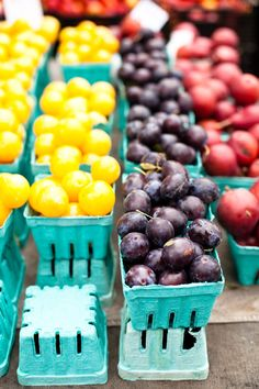 The colors of the fruit symbolize the three types of primary color: yellow, blue, and red.