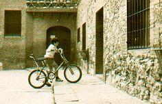 El niño de la bicicleta, en el recinto del templo de la Sagrada Familia...Kim Bertran Canut.