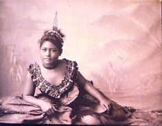"Samoan Princess with Selu Tuiga or Samoan Comb also wearing a Ie Sina,  worn only by women of high status named after the Famous Samoan legend ""Sina"""