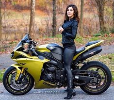 Being a biker not only requires the right edge and attitude, but the right gear as well. To evoke a coolest bikers girls feeling, women need to have the right accessories. Female Motorcycle Riders, Motorbike Girl, Motorcycle Outfit, Motorcycle Bike, Fz Bike, Yamaha R1, Ducati, Lady Biker, Biker Girl