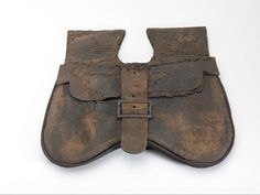 Leather girdle bag with iron buckle, x 23 x cm. Found in Reimerswaal in the province of Zeeland. Belt Purse, Belt Pouch, Medieval Fashion, Medieval Clothing, 15th Century Clothing, Medieval Belt, Diy Leather Projects, Landsknecht, Leather Pouch