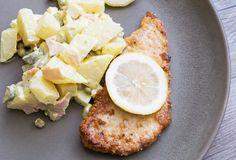 """Knuspriges Low Carb Schnitzel mit köstlichem Low Carb """"Kartoffelsalat"""" aus Kohlrabi. Unglaublich lecker und so sättigend! Probier's aus!"""