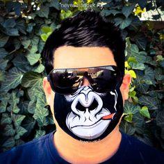 Szivarozó Gorilla Majmos szájmaszk   Többször használatos, mosható szájmaszk.   Mérete: 17 cm széles, 9 cm magas,  az orr résznél középen 12 cm magas.   Ár: 2.032 Ft.- Coven, Minion, Marvel, Minions