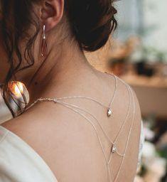 Srebrny łańcuszek na plecy, który sprawdzi się jako szykowna ozdoba sukni do ślubu. Zobacz jak czaruje kaskadą delikatnych, srebrnych łańcuszków subtelnie spływających wzdłuż pleców Panny Młodej. Pearl Necklace, Swarovski, Pearls, Backless, Jewelry, Dress, Fashion, String Of Pearls, Moda