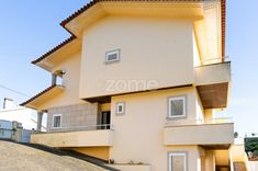 Moradia em Foz do Sousa, Gondomar. Mansions, House Styles, Home Decor, Enclosed Carport, Townhouse, Porto, Bedrooms, Interiors, Mansion Houses