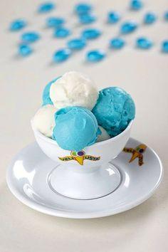 Alaçatı'dan İstanbul'a kadar ünü yayılan, Şirinleri yermişcesine tatlı mı tatlı mavi dondurmalar yapan Veli Usta, sıcak yaz günlerinde İstanbul'da tıkılı kalanlara işkence sebebi.