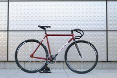 ES- Belona carbon. Modelo fixie de Lamona, de la pista a la calle.  EN- Belona carbon. Fixie model of Lamona, from the track to the street. FR- Charbon Belona. Modèle de fixie Lamona, de la piste dans la rue.  #LAMONA #lamonabikes #fixied #track #velo #scatto #pignonfixe #piñonfijo #bike #red #rouge #rojo #bicicleta #pista #velodrome #team #fisso #belona
