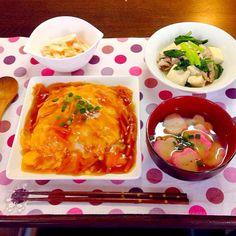 さっぱりした野菜のおかずとのリクエストで。 しかし天津飯がボリューミィ❓笑 - 11件のもぐもぐ - 天津飯、豆腐と小松菜の煮物、山芋の明太子あえ、花麩のお味噌汁 by snow042q
