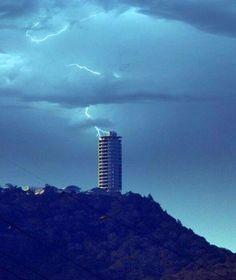 Rayo callendo sobre el Hotel Humboldt, Cerro El Ávila, Caracas, Venezuela