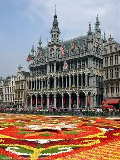 La Grand Place (Brussels, Belgium) That is the prettiest thing I've seen. Places Around The World, Oh The Places You'll Go, Travel Around The World, Places To Travel, Places To Visit, Around The Worlds, Bósnia E Herzegovina, Sites Touristiques, Parks