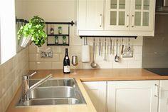 weiße Küche im Landhausstil mit Massivholz Arbeitsplatte