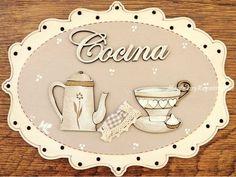 Placa de puerta para la cocina con texto de madera y fondo color beige (20 cm. ancho). Tiene forma ovalada, está pintada a mano y el texto está cortado con láser.