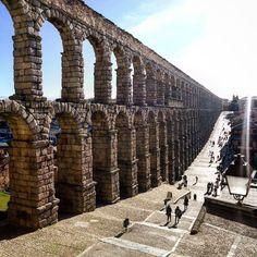 Cuenta la leyenda que una niña harta de acarrear agua conjuró al diablo y éste levantó el Acueducto. Leyendas de #Segovia hoy en mi blog! by lacosmopolilla