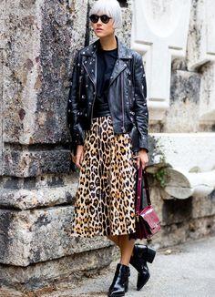 La longueur midi permet à l'imprimé léopard d'éviter toute vulgarité