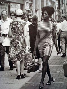 "1960 New York City Avenue from ""NYC in the Sixties"" by Klaus Lehnartz Moda Vintage, Vintage Black Glamour, Vintage Beauty, Style 60s, 1960s Fashion, Vintage Fashion, Fashion 2017, Fotografia Retro, Black Power"