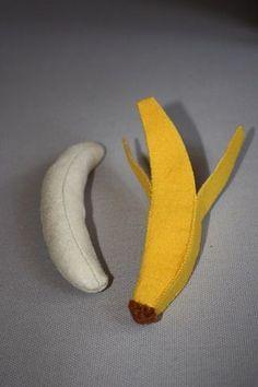 Tuto banane feutrine Felt Fruit, Felt Play Food, Food Stands, Food Patterns, Diy Sewing Projects, Food Crafts, Felt Diy, Fruit And Veg, Diy Toys