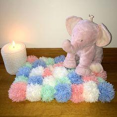 Tapis de pompons en laine tutoriel. Tuto facile chambre d'enfant, de bébé pastel. DIY. Tutoriel  un tapis de jeu pour enfant en pompons de laine http://clemaroundthecorner.com/fr/2015/04/19/diy-tuto-tapis-de-pompons/  (Peluche elephant rose de Tartine et chocolat &)