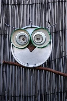 DIY ::: Owl yard art ::::: ❥   Use old metal lids and bottle caps.  would be perfect on garden fence!