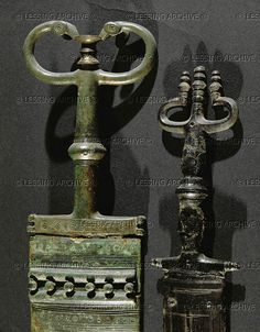 HALLSTATT CULTURE ARMS AND ARMOUR 6TH BCE Two antenna daggers with bronze handle and scabbard, from the Hallstatt burial site, Austria. Detail of 07-01-04/10. Left dagger, overall length: 44.6 cm Naturhistorisches Museum, Vienna, Austria