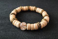 Pulseira Pingo • Composição: Pedra de murano, botões de cerâmica e argolas de ouro velho.